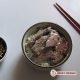 Riz japonais, sashimis de bœuf, sauce à l'ail.